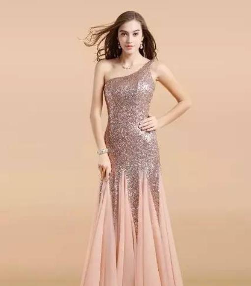 搭配鱼尾裙摆的设计,勾勒出迷人的身材,使整件礼服看起来高贵而又不失