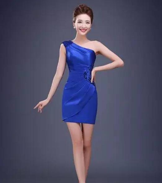 礼服背部采用独特的镂空设计,尽显朦胧性感之美,性感的鱼尾裙摆设计
