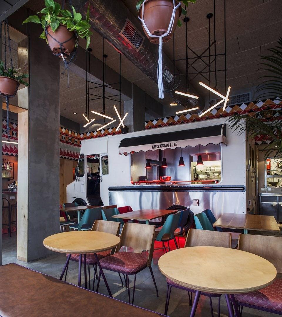 以流动餐厅为灵感的以色列烤肉店
