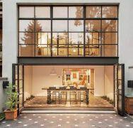 宽敞的门头+上下两层玻璃构造的门窗的门面设计欣赏